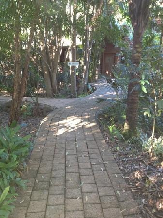 بلانولا بد آند بركفاست ريتريت: front walkway 