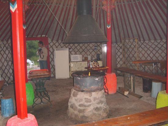 La Jarnoise : intérieur de la yourte (repas)