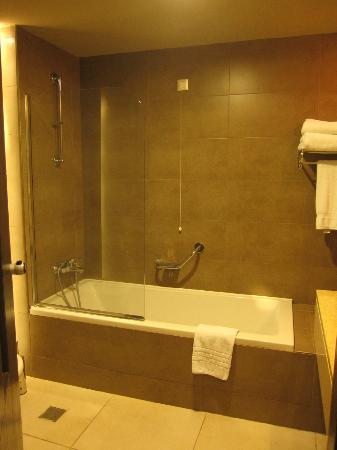 Vasca da bagno e doccia con asciugamani puliti e rinnovati ogni giorno - Picture of TUI SENSIMAR ...