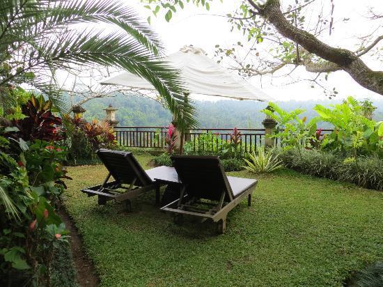 Rijasa Agung  - Bali Ubud Luxury Hotel Resort Villa: relaxing area by the pool