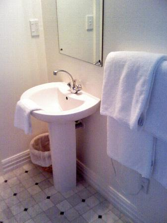 Aylstone Boutique Retreat: Bathroom has no room for towels
