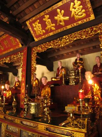 Chua Tran Quoc : Altars within the temple