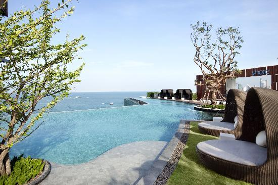 Hilton Pattaya_Outdoor pool