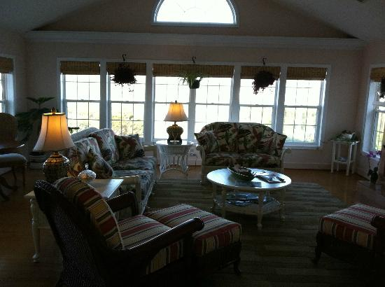 Cape Hatteras Bed and Breakfast: Well appointed sunroom