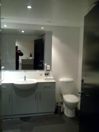 Adina Apartment Hotel Perth: Bathroom 2