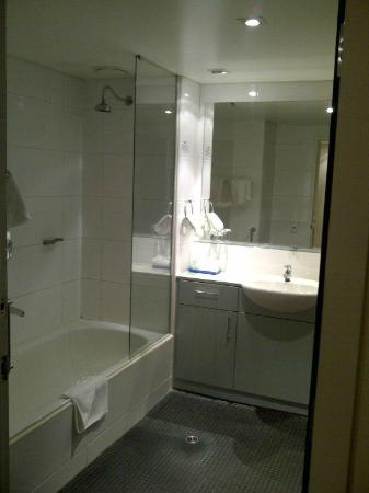 Adina Apartment Hotel Perth: Bathroom 1