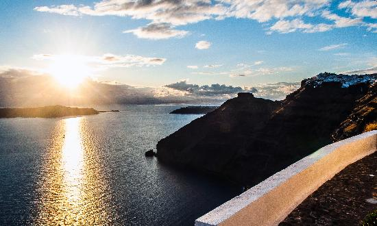Anteliz Suites Santorini: Our pool terrace offers a panoramic view to the Caldera, the Volcano and the Aegean Sea.