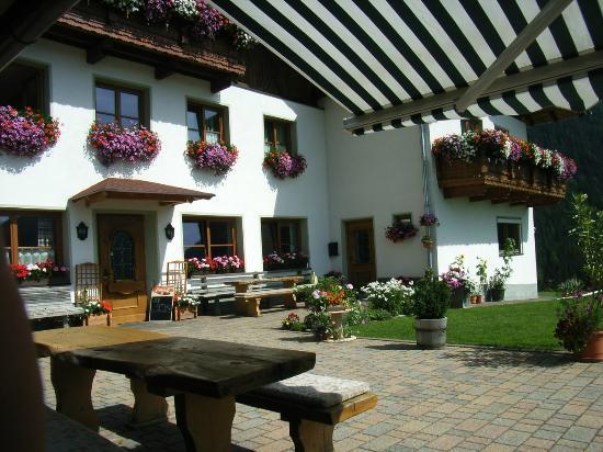 Navis, Austria: vor dem Gasthof