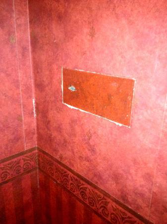 Alexander Herrmann's Posthotel (Romantikhotel): Zimmerwand mit Safe