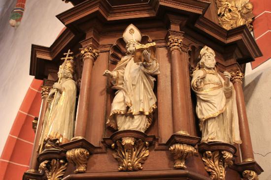 Basilika St. Martin: some of the figures