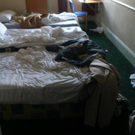 MaeMar Hotel: Our 'CLEAN' room!!!
