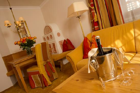 Hotel Salzburgerhof Zauchensee: Suite Exklusiv mit Kachelofen und Sitzecke