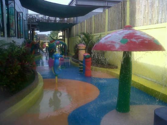 Lollipop's Playland and Cafe : waterplay mushroom