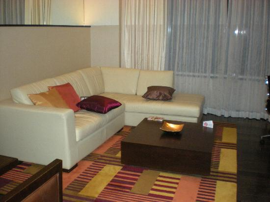 Sukhumvit Park, Bangkok - Marriott Executive Apartments: Living Room - Super Comfortable!