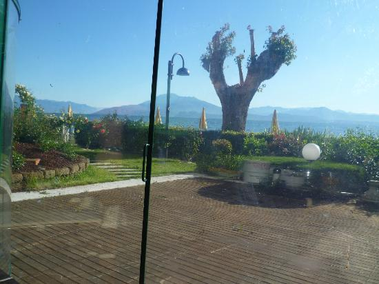 Hotel Europa - Ristorante al Pontile: View across Lake to Monte Baldo from breakfast/dining room
