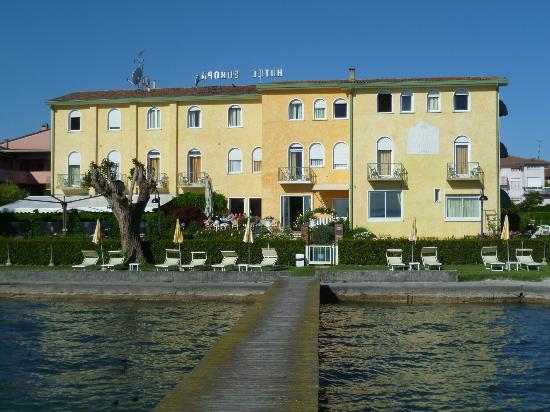 Hotel Europa - Ristorante al Pontile: Hotel from walkway onto Lake