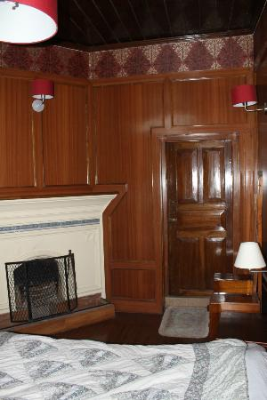 Dekeling Resort at Hawk's Nest: Wood panelling