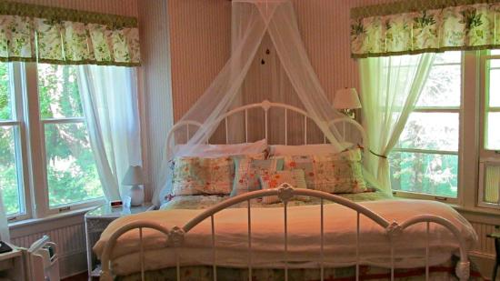 Taylor House Inn: A beautiful room with King Size bed