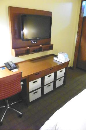 Four Points By Sheraton Oklahoma City Quail Springs: desk, TV, drawers