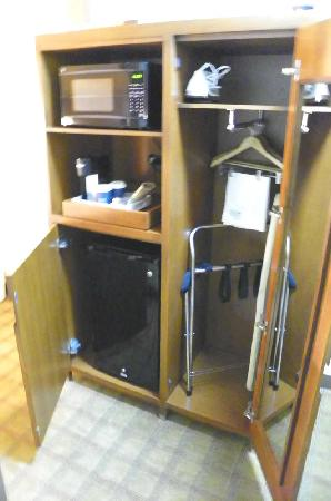 Four Points By Sheraton Oklahoma City Quail Springs: microwave, fridge, iron, luggage rack, etc.