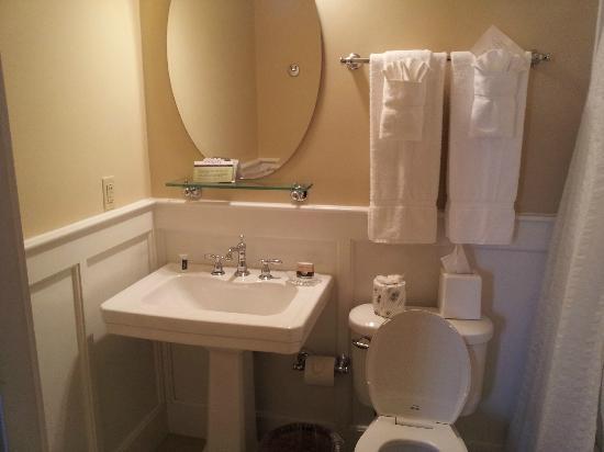 Berea Boone Tavern Hotel Bathroom