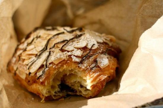 La Baguette et L'echalote: Chocolate almond croissant