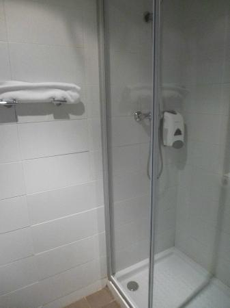 08028 apartments: salle de bain chambre #15