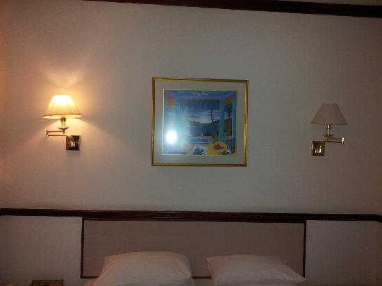 Park View Hotel: only 1 lamp fitted with a lightbulb