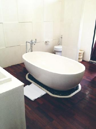 Marbella Pool Suite: the bath tub in the middle of the hugeass toilet