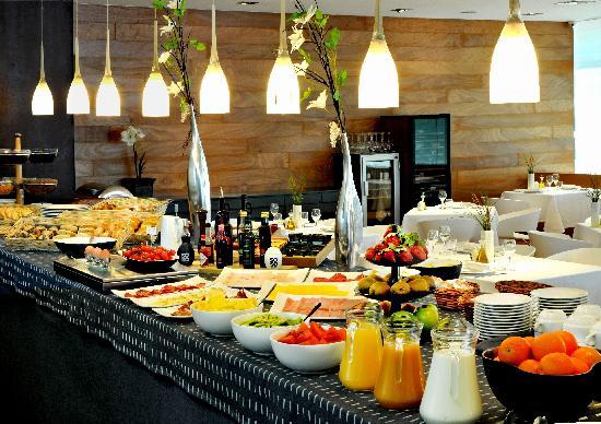 Señores, el desayuno de hoy y de mañana-http://media-cdn.tripadvisor.com/media/photo-s/02/89/6f/c3/buffet-desayuno.jpg