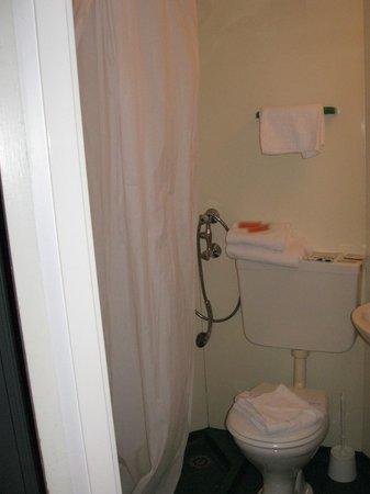 Hotel de France :                                     salle de bain minuscule, serviettes sur la chasse d'eau