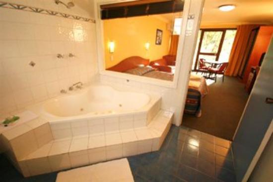 Colonial Motel Richmond: Spa Room Bathroom