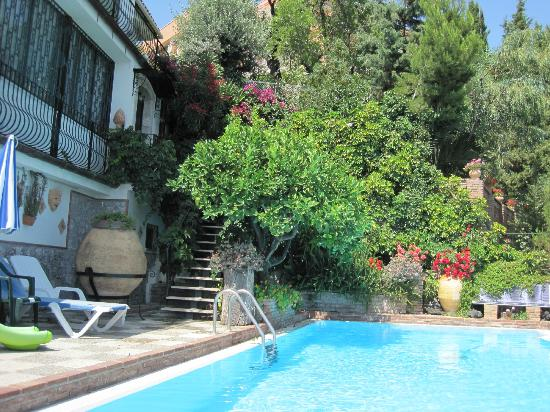 Villa Costanza Bellavista: Pool area with beautiful surroundings