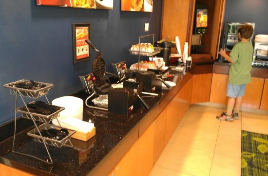 Fairfield Inn & Suites Redding: Breakfast Room