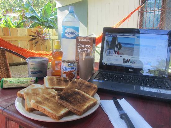 Hostel Matilori: Desayuno en el jardin