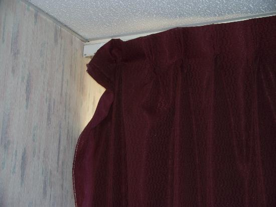 Liberty Travel Hotel: Curtain not hooked to rod