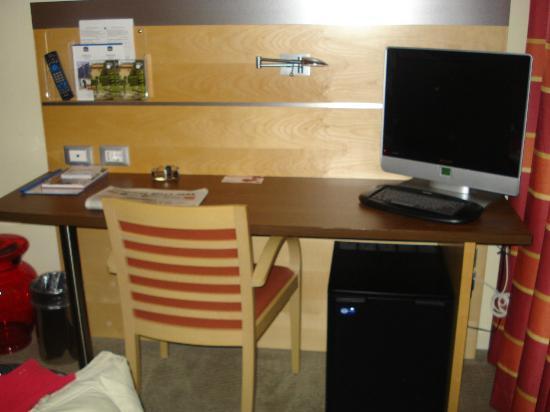 Best Western Palace Inn Hotel: scrivania