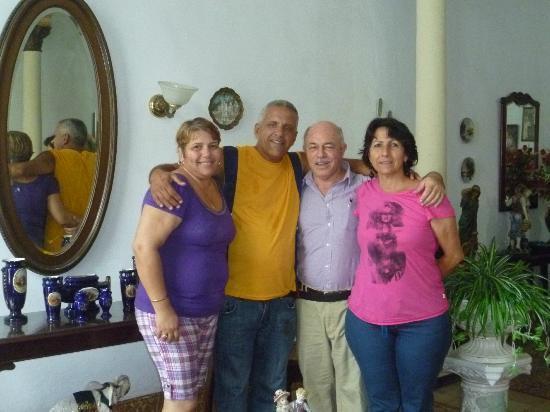 Hostal Colonial: Isabel, Pepe, Francisco y Judith, en la sala del Hostal