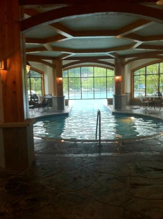 Mountain Grand Lodge and Spa: Indoor Out Door Pool Area
