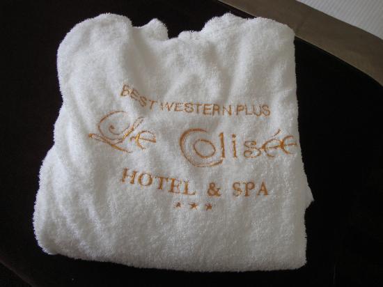 LE COLISEE Hotel & Spa : un peignoir vous attend sur le lit