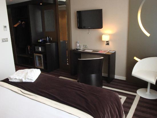 LE COLISEE Hotel & Spa : chambre vue sur le bureau