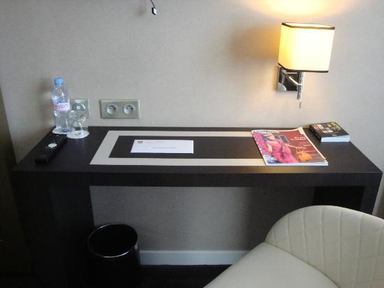 LE COLISEE Hotel & Spa : bureau de la chambre