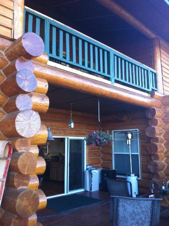 Crooked Creek Retreat & Outfitters: Patio area outside kitchen