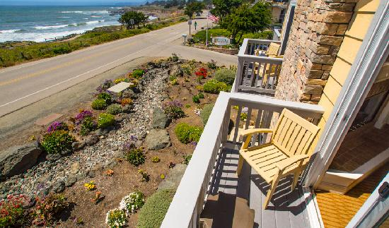 Pelican Inn & Suites: Across from Moonstone Beach