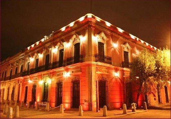 Casa Pedro Loza: Hotel exterior at night
