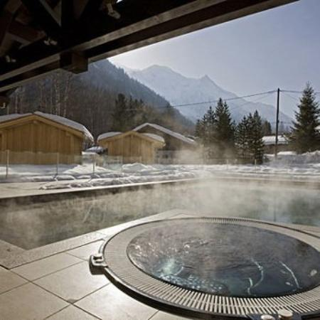 Le Refuge des Aiglons: Outdoor Hot Tub