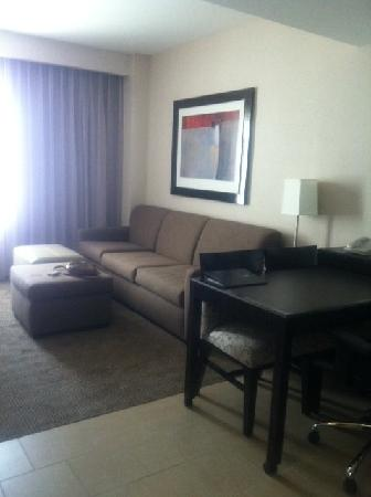 Embassy Suites by Hilton Ontario-Airport: (Standard King suite sitting room)