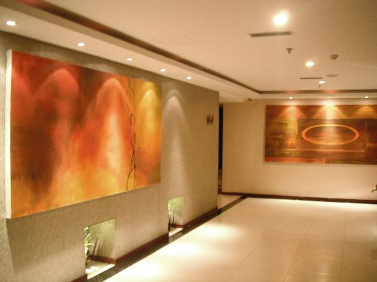 Baron Business Hotel: Hallway art