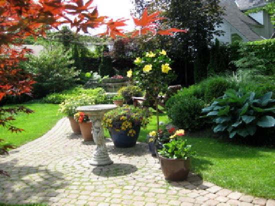 كانتبري إن: Tranquil garden