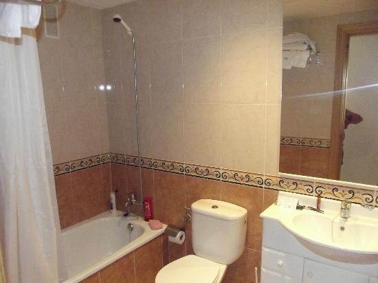 Apartamentos Pineda Park : Main Bathroom (also 2nd smaller bathroom)